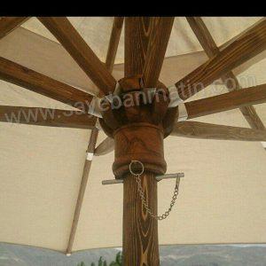نمایی از زیر سایبان چتری چوبی